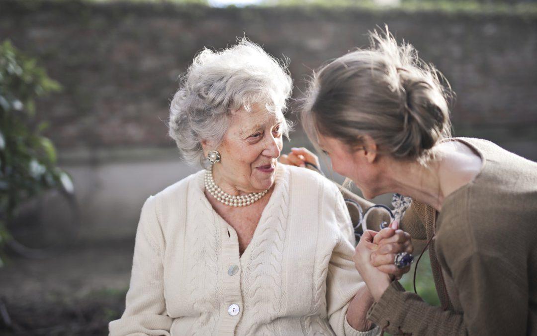 Truffe agli anziani con la tecnica dell'abbraccio